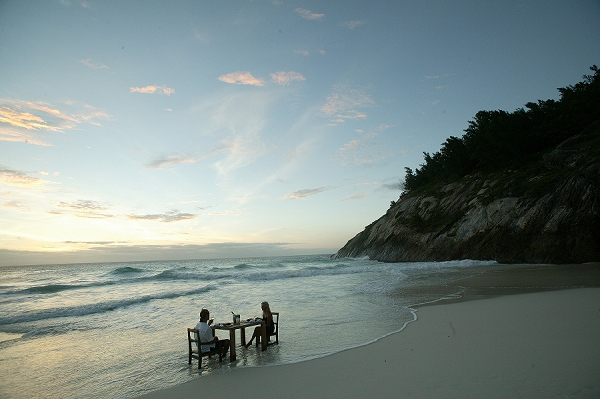 bloved-uk-wedding-blog-african-honeymoons-beach-meal-seychelles-north-island
