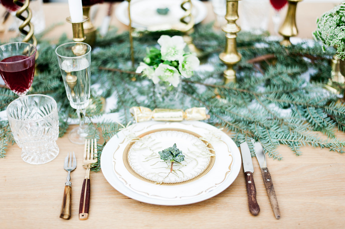 gold sprayed fern christmas place setting - Green Christmas Table Decorations