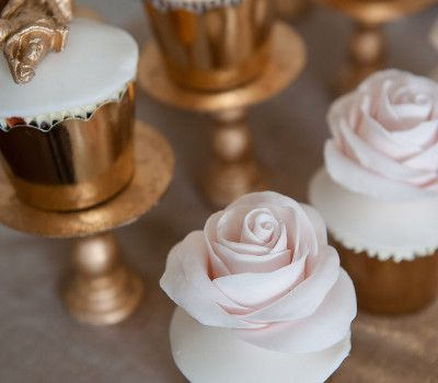 rose and gold cupcakes