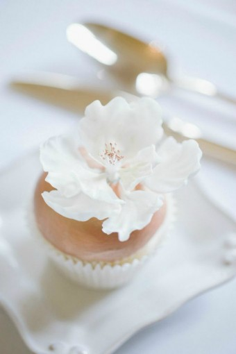 gold-cupcake-with-sugar-flower