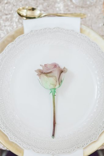 rose used for an elegant place setting idea with gold charger plates