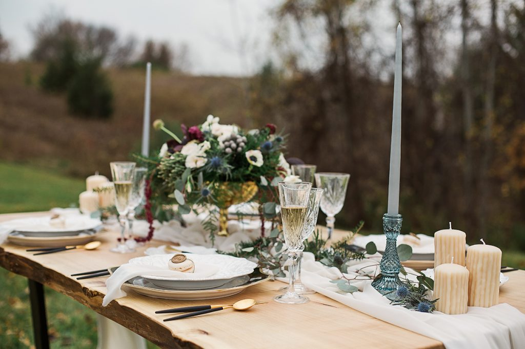 modern tble setting for outdoor wedding