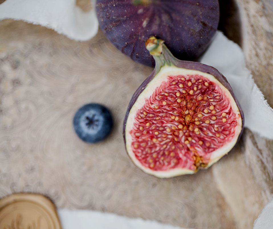 juicy figs used to decorate the wedding cakes