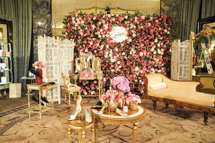 display and floral wall at the bridelux atelier wedding show