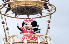 minnie mouse in disney street parade