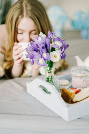 breakfast in bed with flowers
