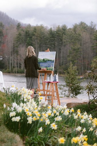 live painter at wedding with spring flowers