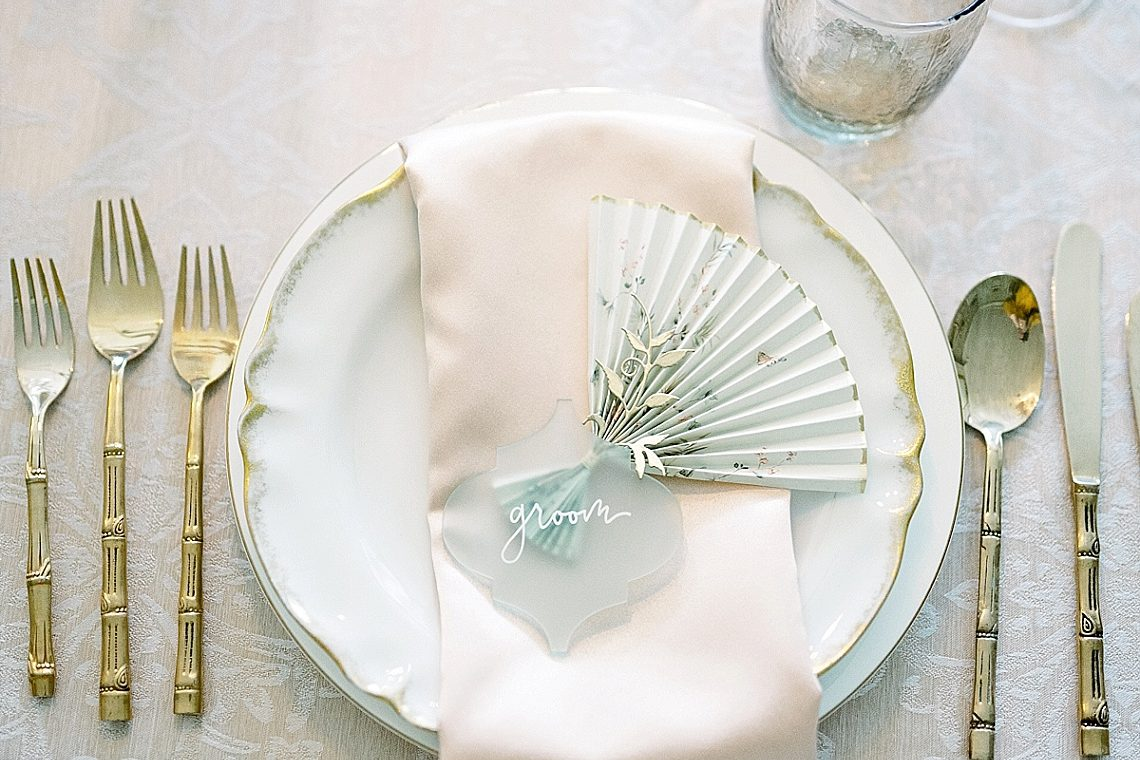 chinoiserie inspired wedding place setting with paper gan
